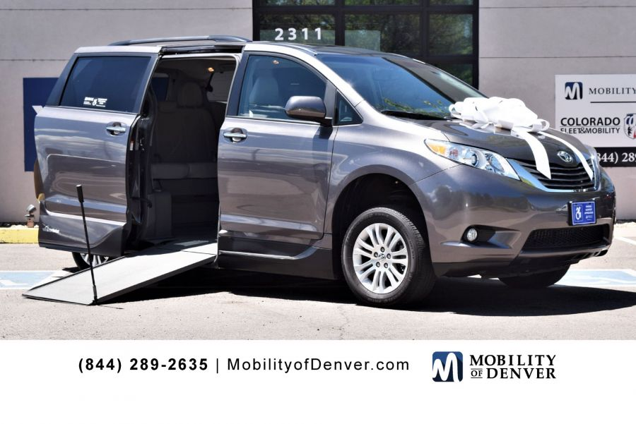Pre-Owned 2017 Toyota Sienna XLE 8-Passenger VMI NorthStar E Side Entry