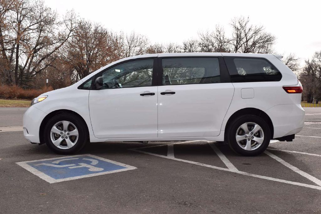 Pre-Owned 2017 Toyota Sienna L Short Cut Rear Entry